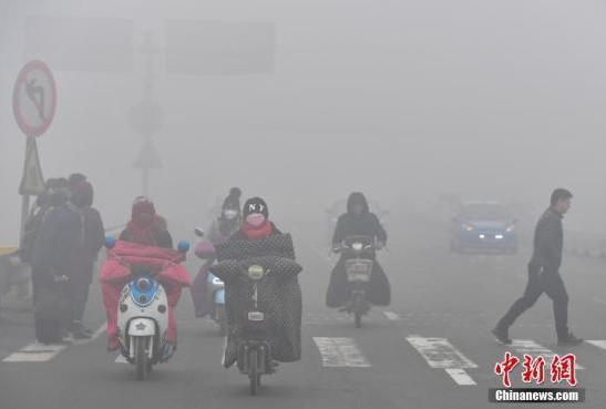 中国大范围重污染天气持续笼罩 多地停产限行