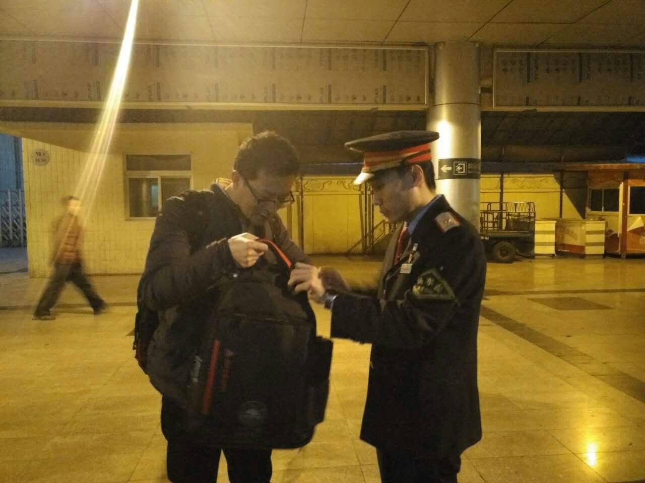 春运旅客匆忙拿错行李包,细心列车长找回物归原主