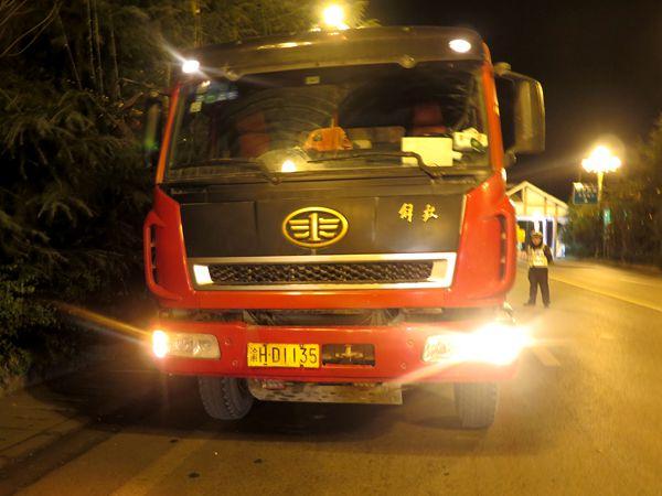 货车遇例行检查冲关 逃逸3小时后被拦截
