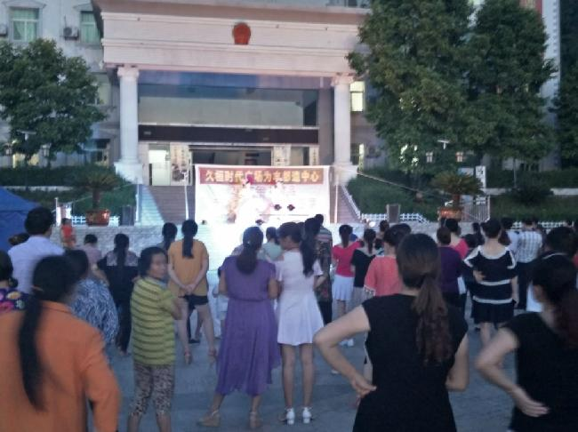 流动文化送演出进基层走入丰都县龙河镇