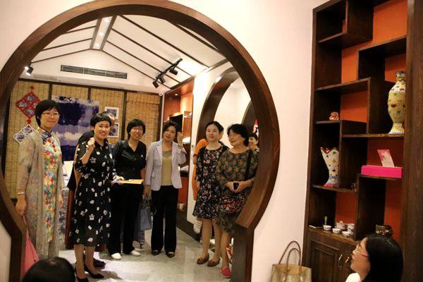 全国妇联相关负责人调研涪陵菜乡巧娘手工艺品展销中心