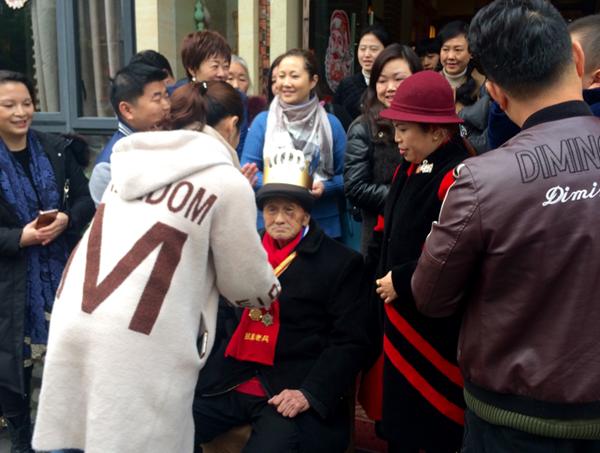 重庆合川:60余名志愿者为九旬抗战老兵过生日