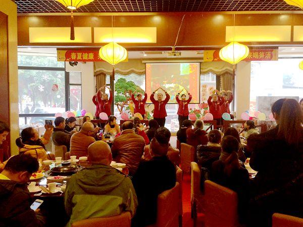重庆合川:60余名志愿者AA制为九旬抗战老兵过生日