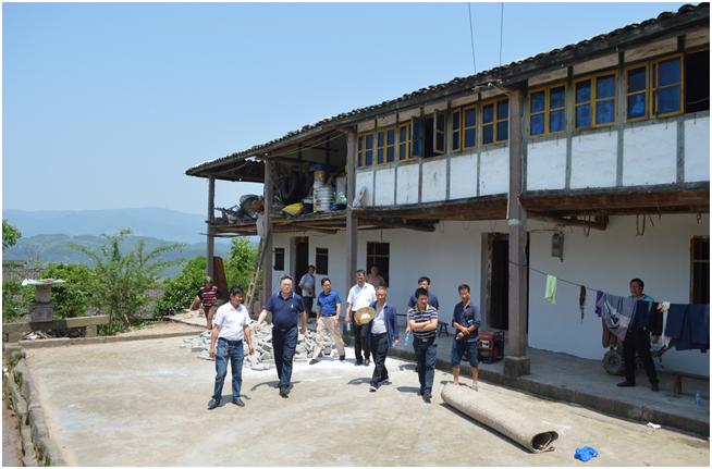 丰都县委常委、常务副县长向文明到龙河镇指导农村危房改造工作
