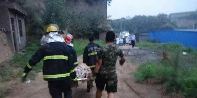 山西河津突发山体滑坡 消防队员徒手挖掘抢救被埋群众