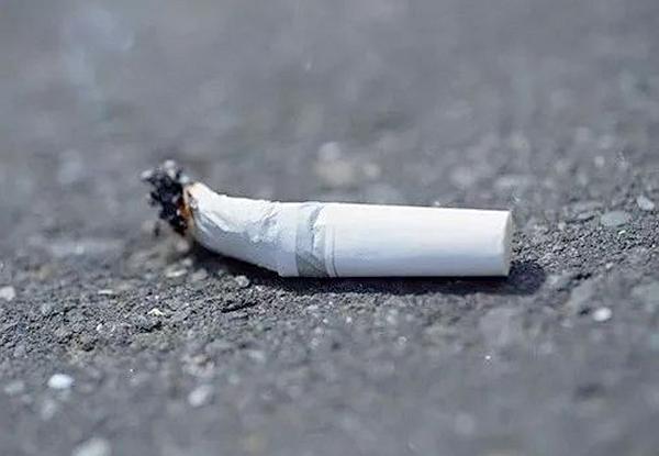 重庆涪陵:未熄灭烟头随手扔