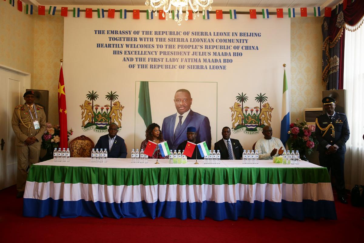 中非合作论坛在京召开,景泰蓝《景泰六福》赠与塞拉利昂总统比奥